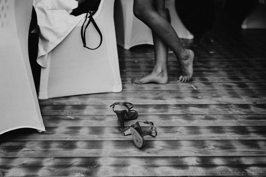 chaussures enlevées mariage noir blanc