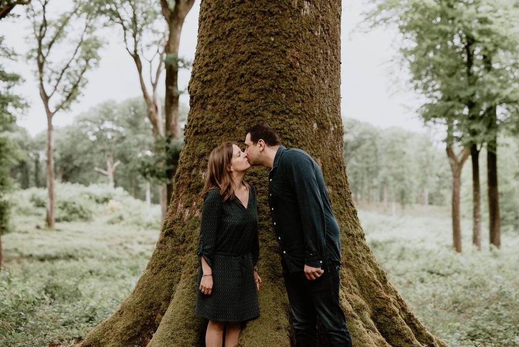 séance engagement Mervent Vendée couple baiser tronc géant arbre