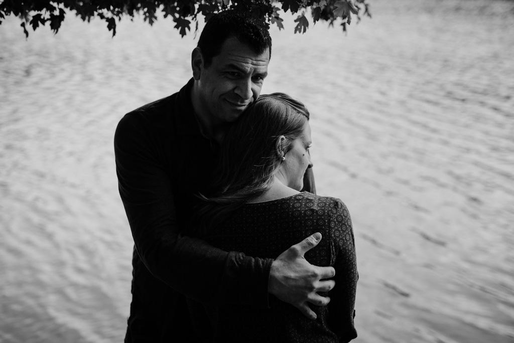 clair-obscur noir et blanc couple enlacé rivière séance engagement Mervent Vendée
