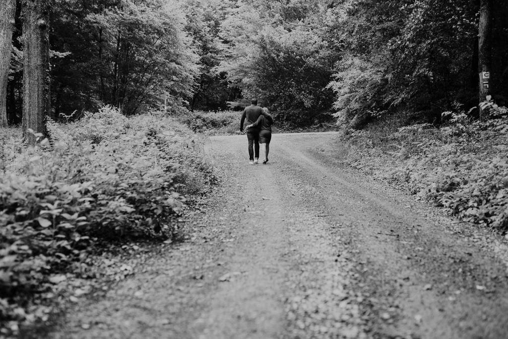 chemin couple marche forêt noir et blanc