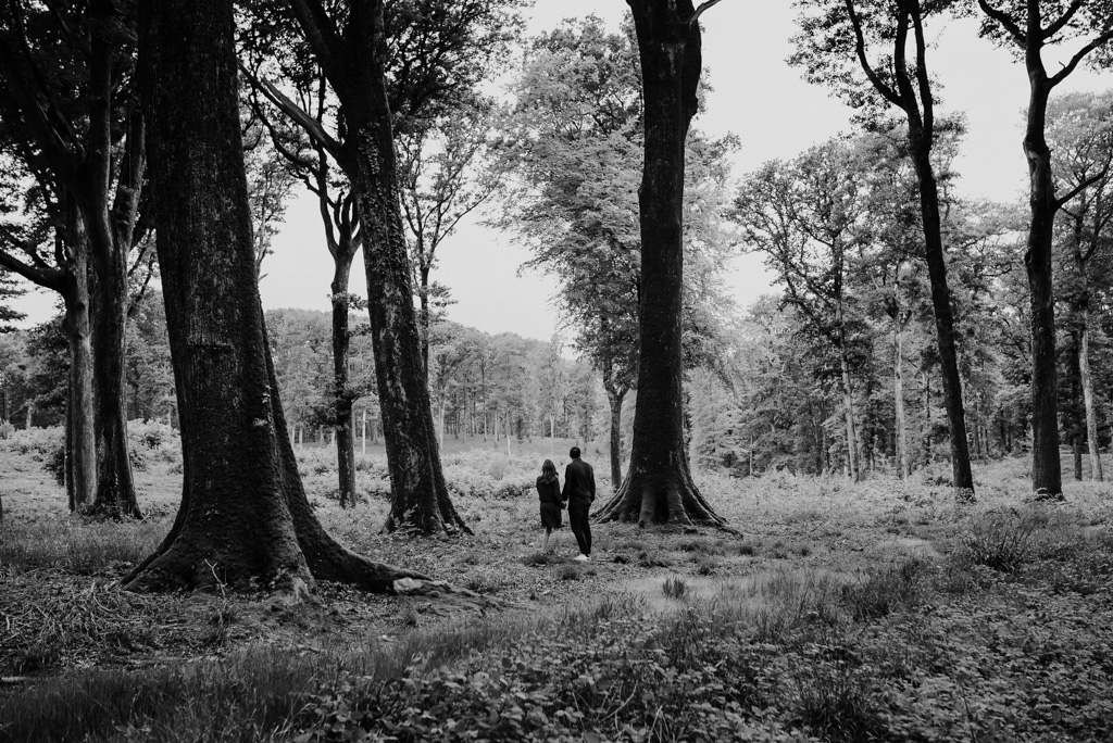 arbres noir blanc couple séance engagement