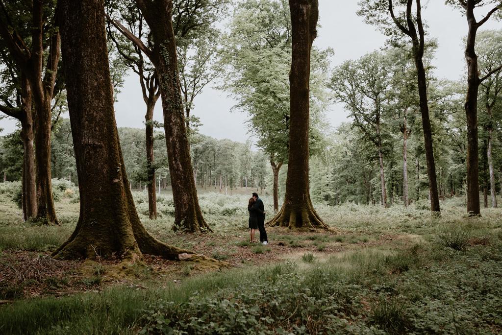 couple au milieu des arbres forêt mervent