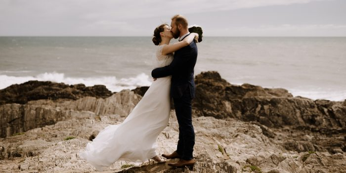 couple mariage vent robe embrasser mariage Moinardière Vendée