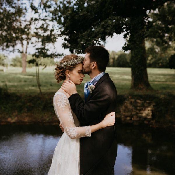 mariage Mayenne couple bisou sur front étang parc