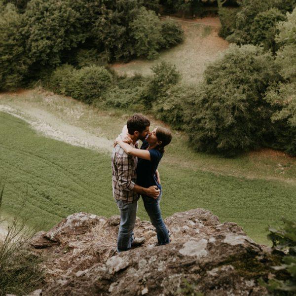 séance engagement Vendée couple rocher au-dessus de la vallée s'embrasse rivière