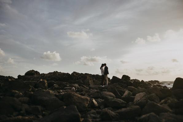 séance couple engagement plage paracou sables d'olonne rochers