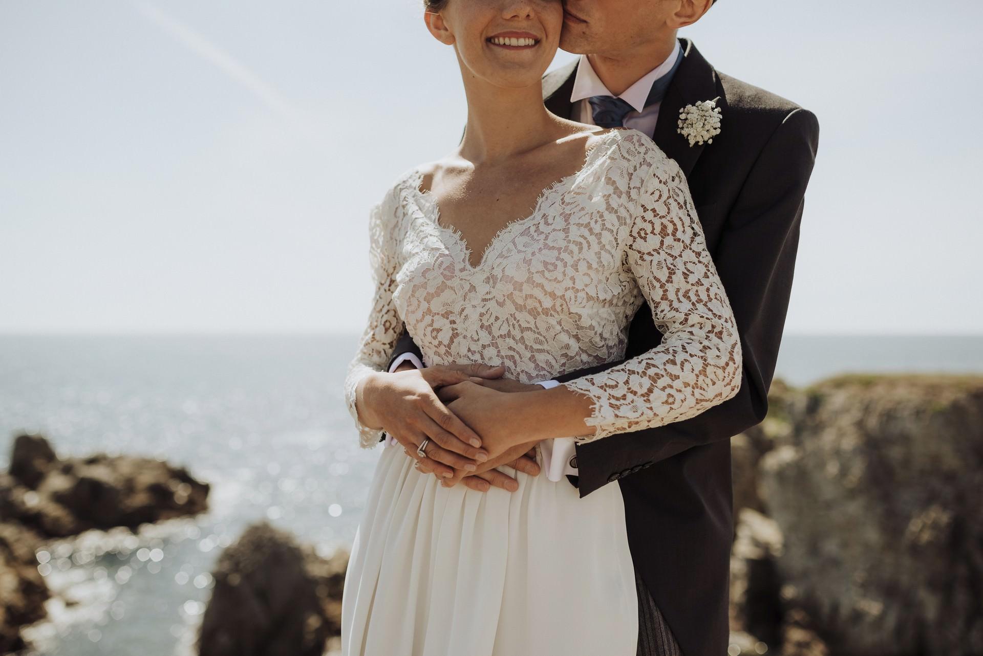 mariés robe mer rochers couple enlacé soleil