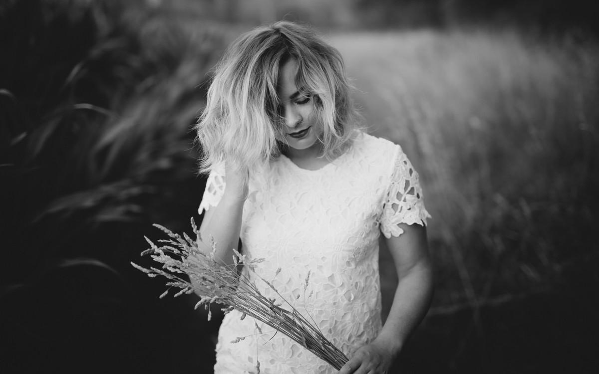 portrait jeune femme bouquet robe blanche noir et blanc