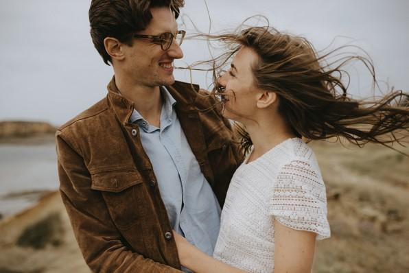 cheveux dans le vent séance engagement sourire couple la baule