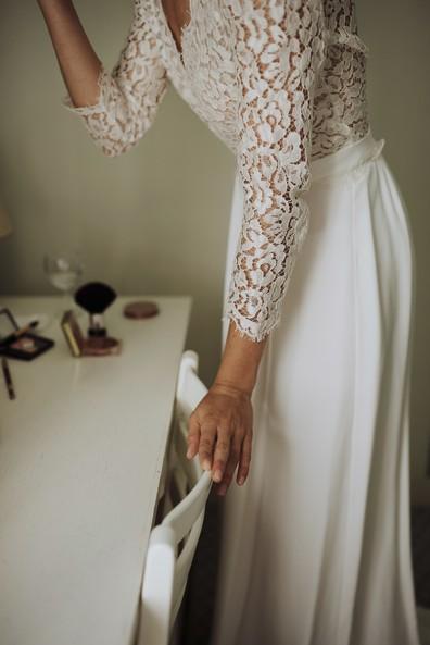 robe mariée fluide main chaise maquillage