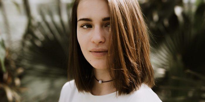 portrait mèche cheveux feuilles serre