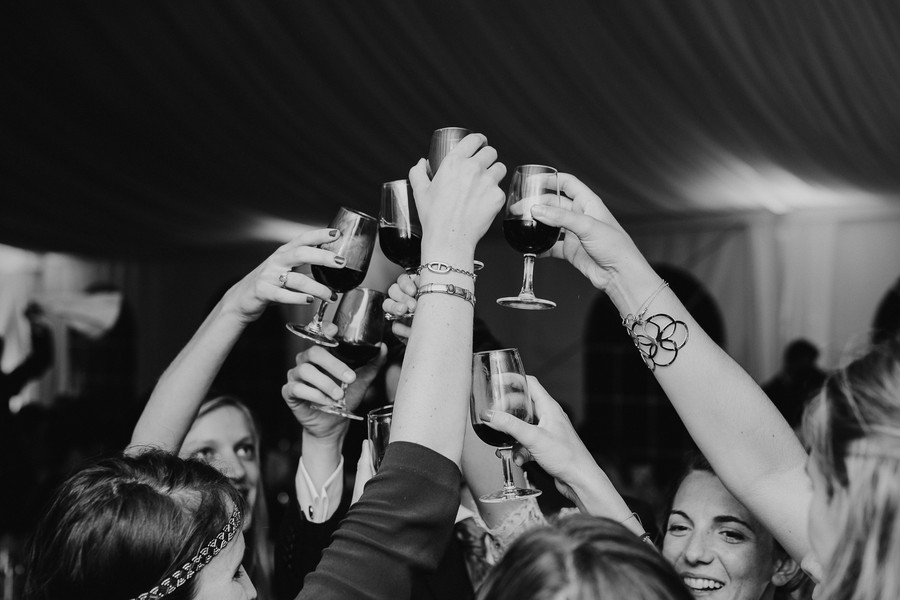 toast verres vin amies témoins