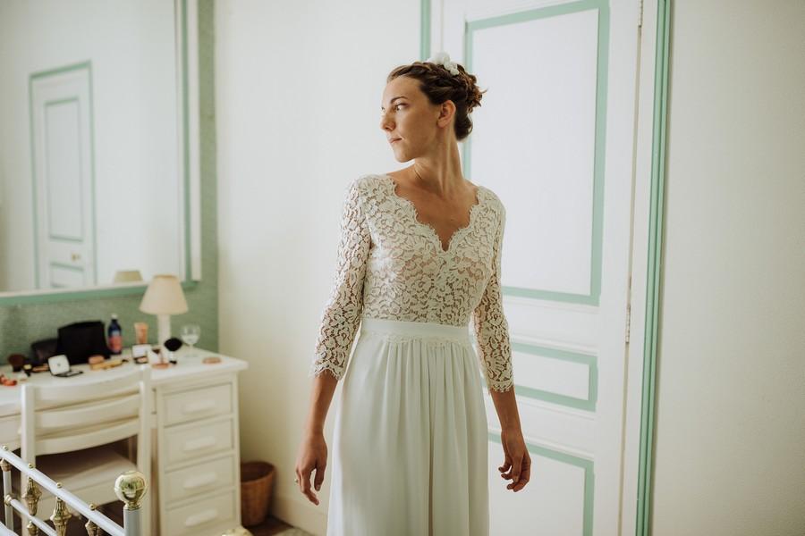 mariée habillée prête se regarde miroir