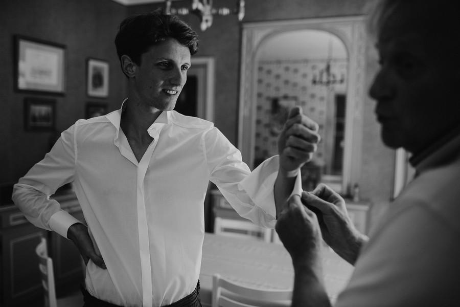 marié regarde père boutons manchettes noir blanc
