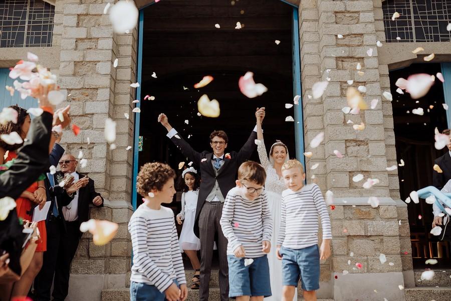 sortie église La Baule pétales fleurs mariés