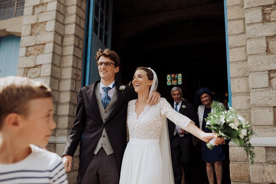 mariés sourient sortie église soleil