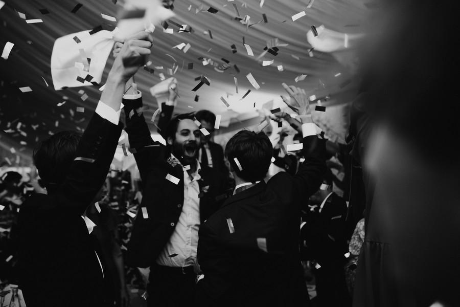 entrée salle mariage confettis bombe