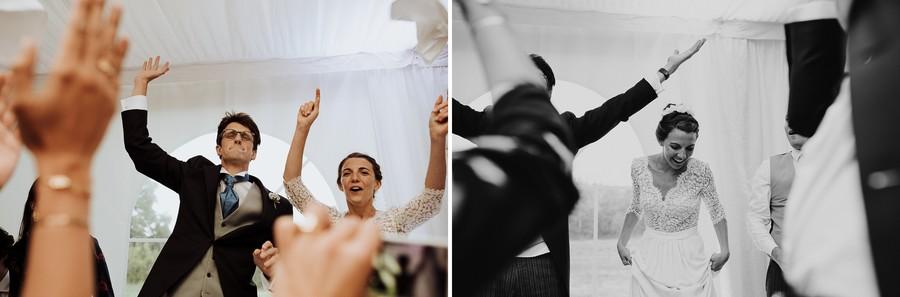 entrée salle bras levés mariage heureux sourire