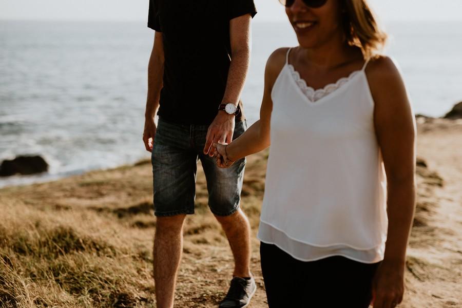 couple se tient la main mariage engagement