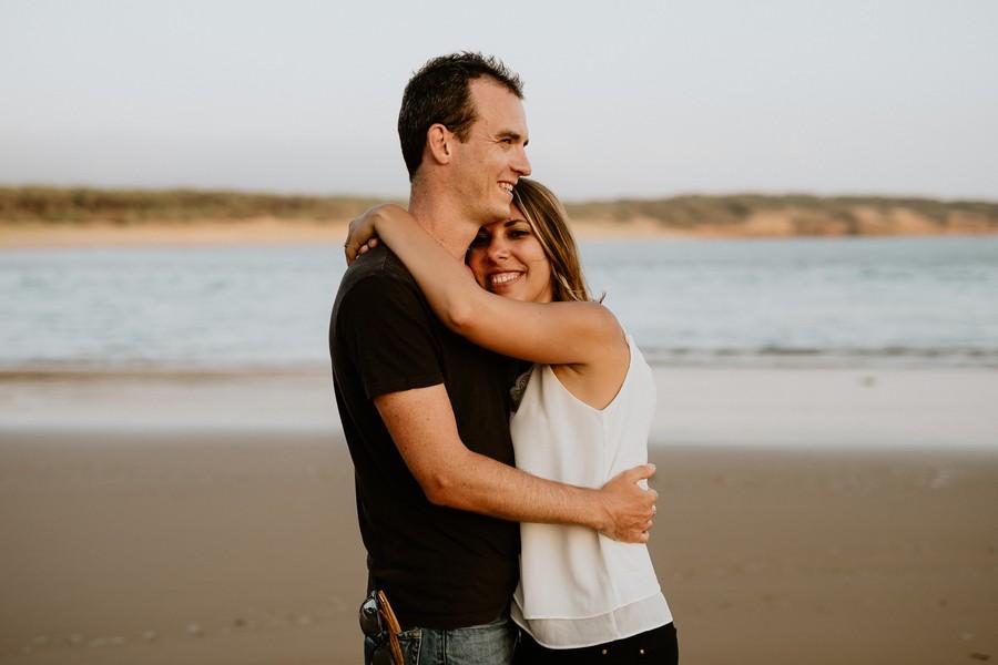 couple enlacé plage Veillon mer soleil
