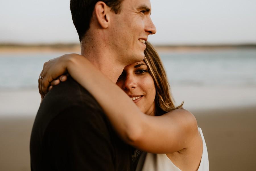 regard femme couple enlacés