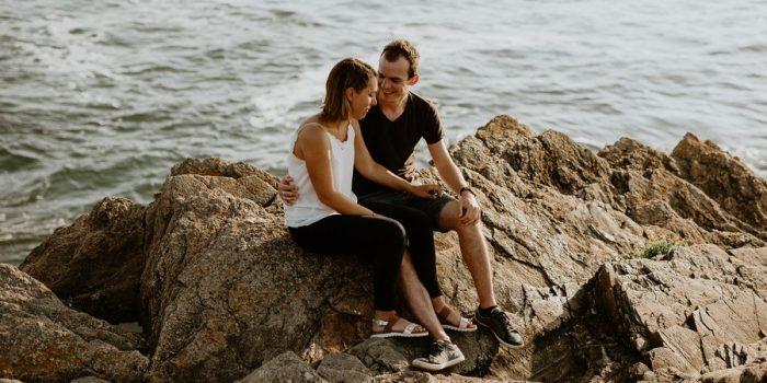 couple assis rochers Cayola mer océan