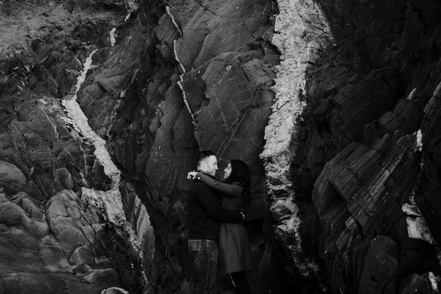 grands rochers noir et blanc couple sourire