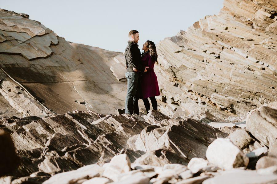 couple au milieu des rochers lumineux rire Vendée engagement