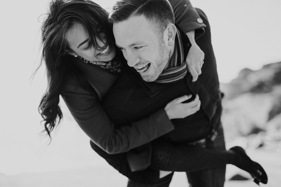rire jeu couple noir et blanc plage