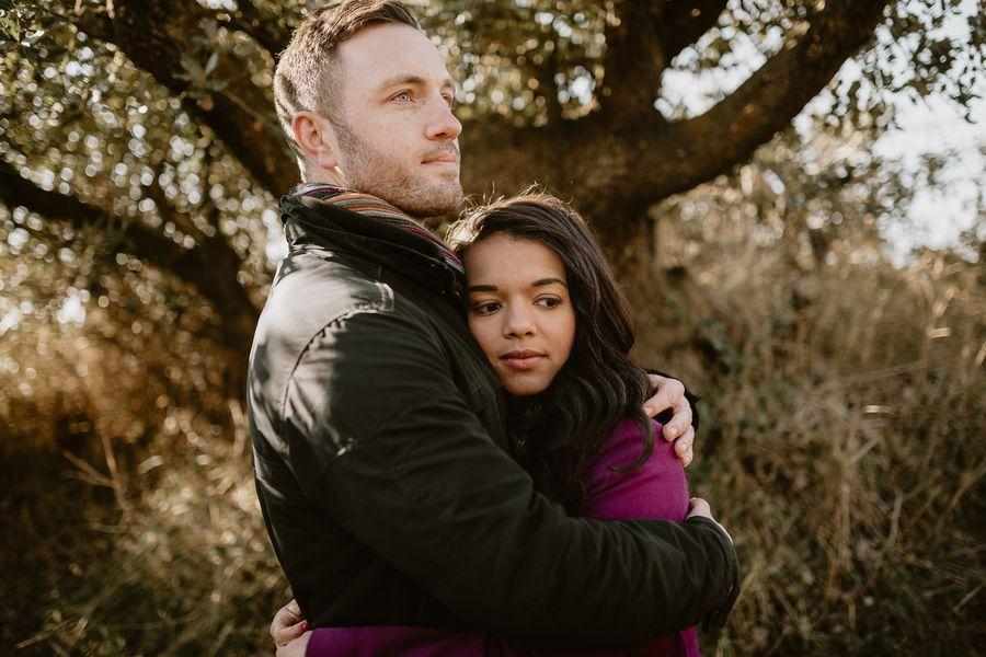 couple pensif sous les arbres enlacé lumière douce couleur