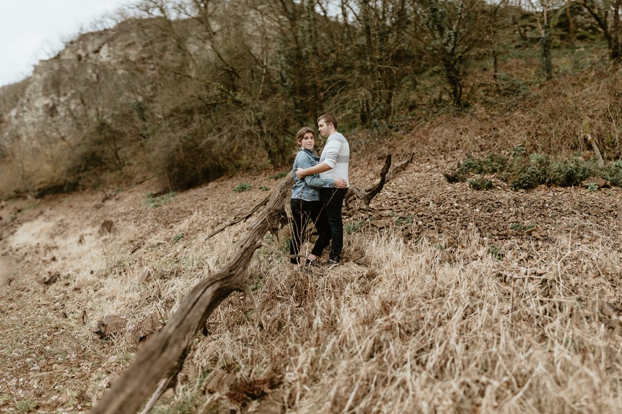 couple forêt Mervent pose tronc séance photo Vendée Saint-Valentin
