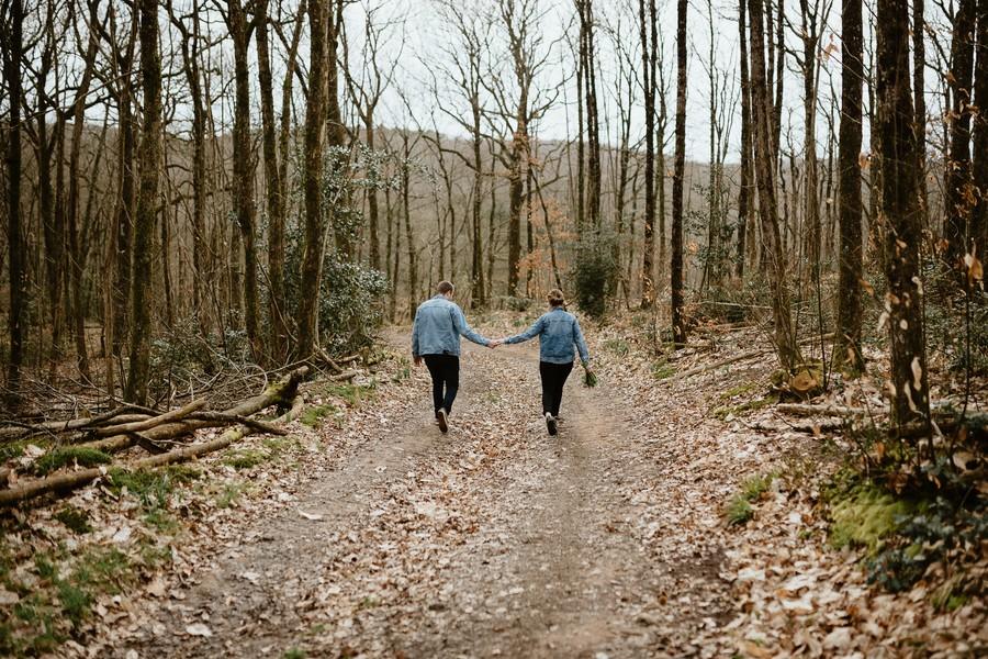 balade couple forêt Mervent Vendée arbres ciel gris