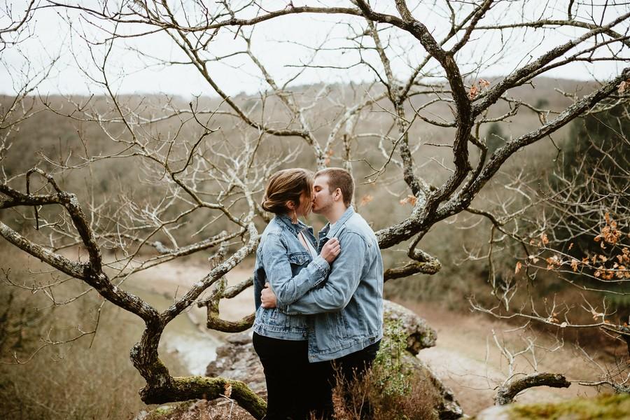 silhouette arbres falaise Mervent baiser couple jeans