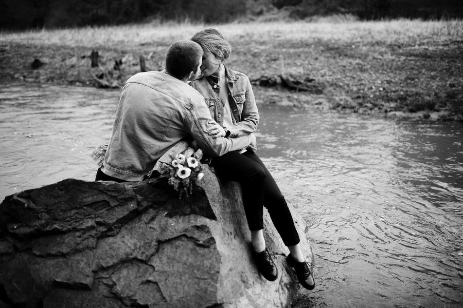 noir et blanc couple enlacé rivière rocher Saint-Valentin