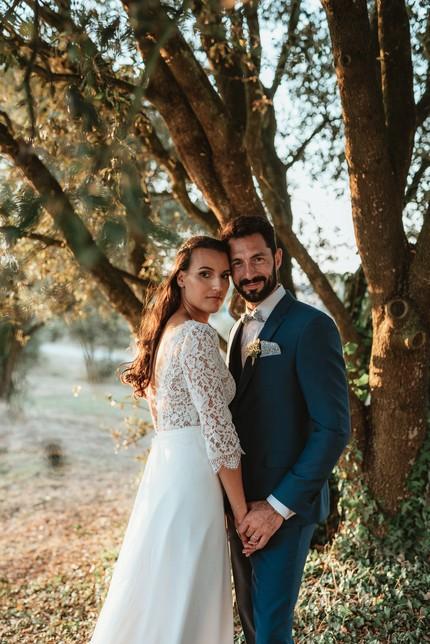 couple de mariés sous un arbre sourire contre-jour
