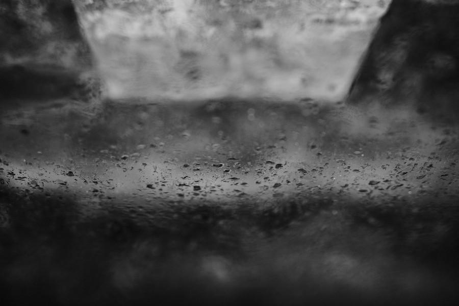 gouttes pluie verre reflet mur noir blanc défi coronavirus confinement covid-19