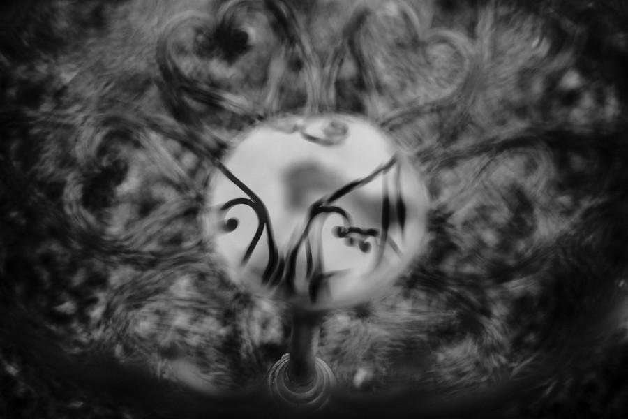 miroir eau fer forgé coeur noir et blanc reflet défi coronavirus confinement covid-19