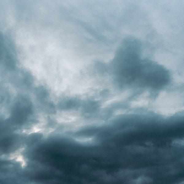 ciel lourd nuages orageux lumière soleil