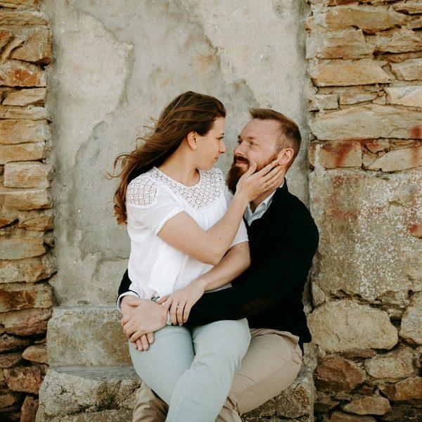 couple se regarde maison pierre assis