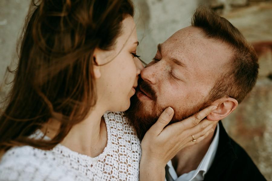 couple s'embrasse lumière douce