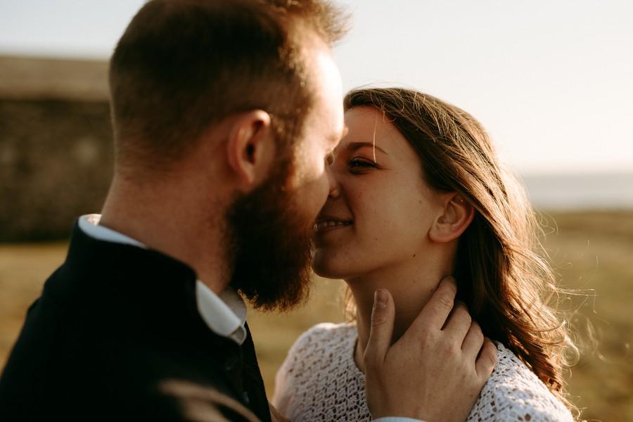 couple s'embrasse soleil vent plage mer