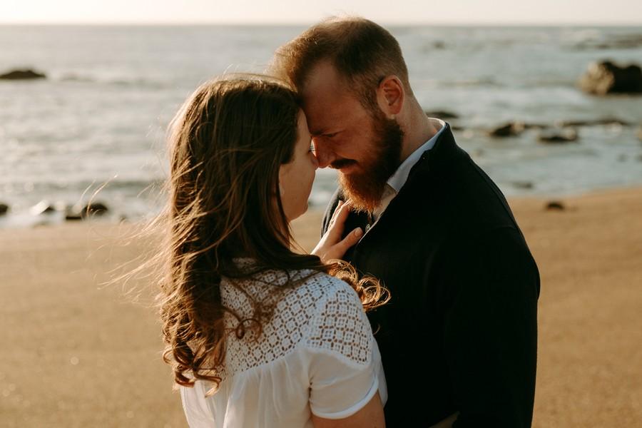 couple futurs mariés se regarde sur la plage soleil fin de journée
