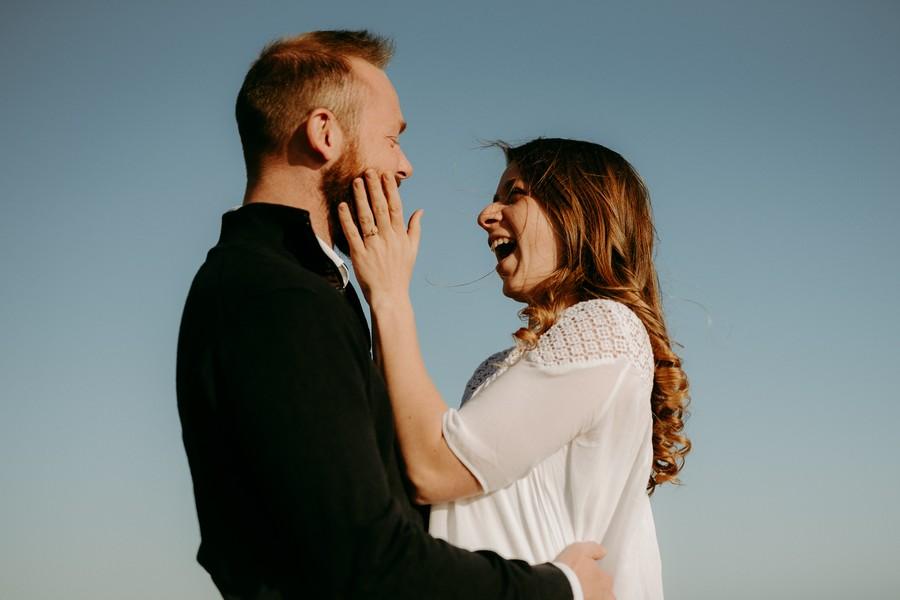 ciel bleu couple femme rigole caresse