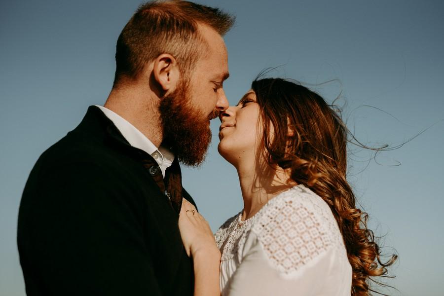 couple vent dans les cheveux ciel bleu