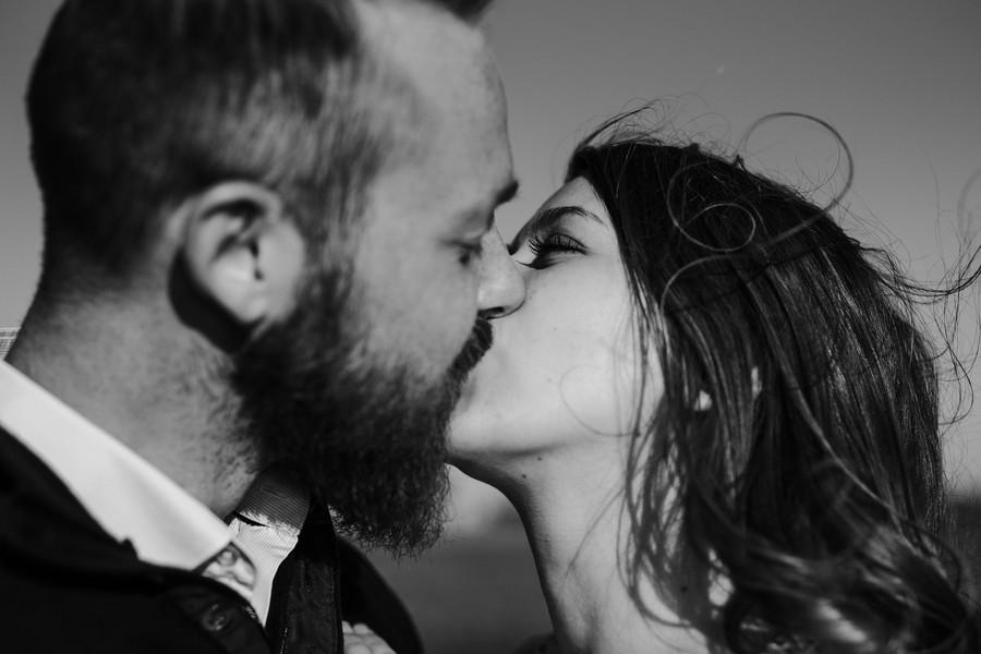 couple s'embrasse cheveux vent sables olonne