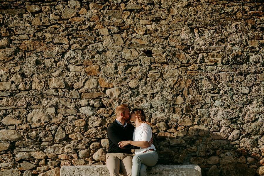 couple s'embrasse banc mur pierre paracou