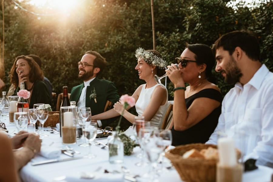 mariés écoutent discours contre-jour lumière soleil