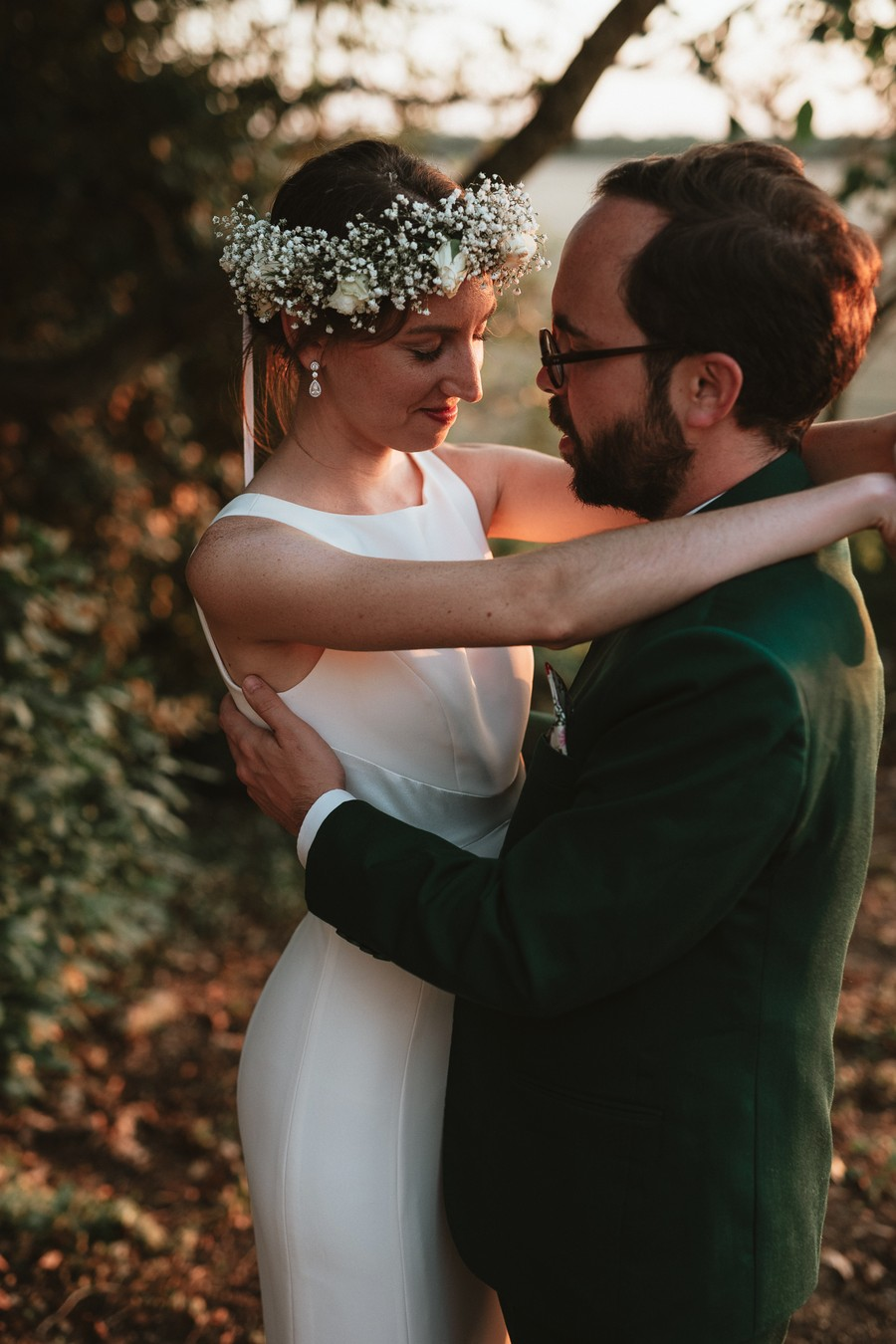 couple mariés séance photo contre-jour