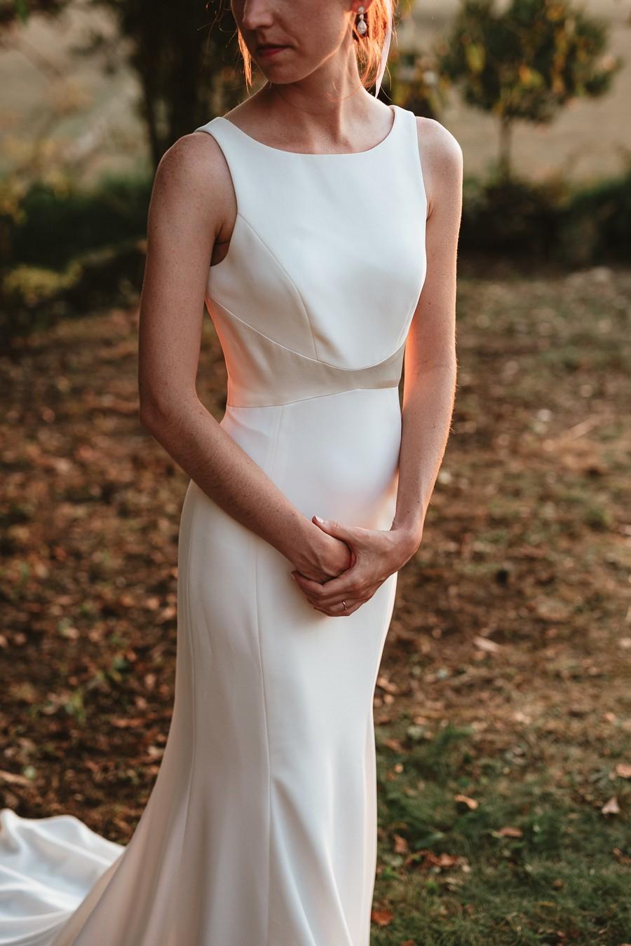 robe mariée mains croisées pose mariage séance photo