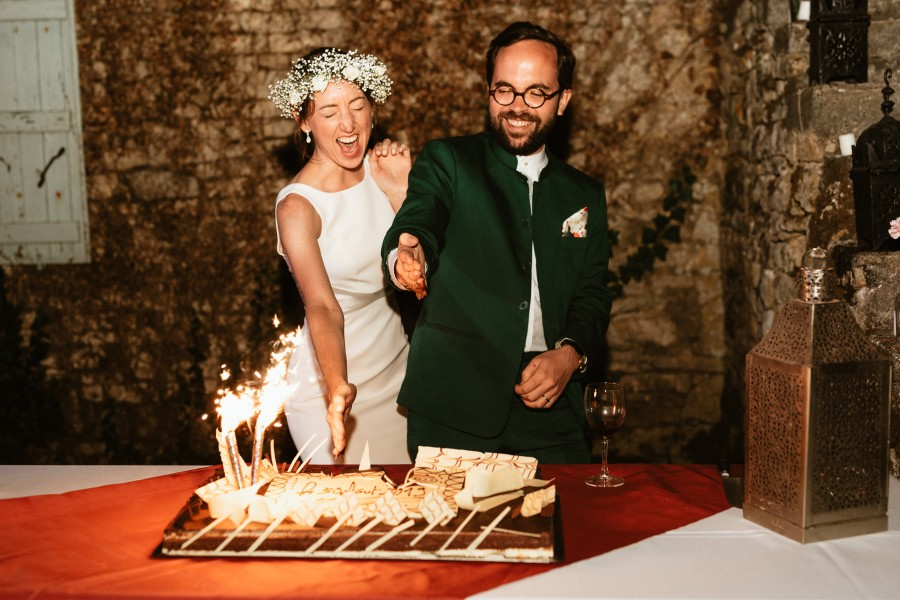 mariés coupent gâteau main tradition vénézuélienne